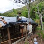 www.permacultura.xyz instalando plástico en casa de Matarredonda, Nariño, Colombia como impermeabilizante para techos de tierra.