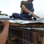 www.permacultura.xyz instalando cinta asfaltica para fijar polietileno en techos de tierra de casa de Matarredonda, Nariño, Colombia como impermeabilizante para techos.