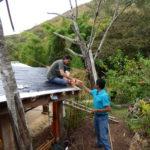 permacultura.xyz construccion de techos de tierra en la vereda Matarredonda, Nariño, Colombia instalacion de ladrillos para sostener la tierra del techo.