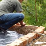 permacultura.xyz construccion de techos de tierra en la vereda Matarredonda, Nariño, Colombia poniendo el primer tarro de tierra del techo.