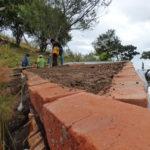 permacultura.xyz construccion de techos de tierra en la vereda Matarredonda, Nariño, Colombia poniendo tierra cernida para formar la cubierta.