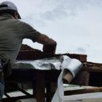 permacultura.xyz minga para la construcción de techos de tierra en la vereda Matarredonda, Nariño, Colombia, instalación de cinta asfaltica